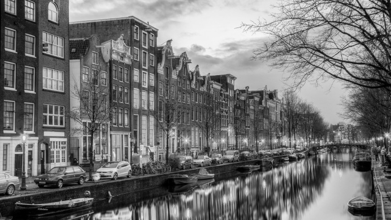 Cities_Street_canal_in_Amsterdam_096538_(BW)